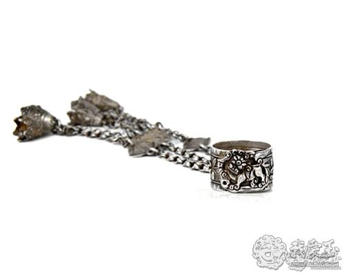 首饰不只是冷冰冰的金属,更是打开记忆大门的钥匙