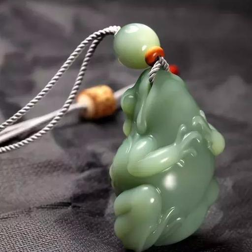 看玉石批发市场里的玉雕青蛙